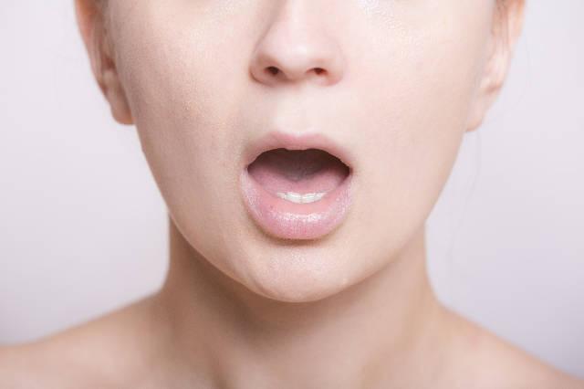 舌下免疫療法とは - 舌下へ1日1回薬を滴下して毎日2年間続けます。60~70%の方に花粉症の根本的な改善がみられます。 1ヶ月間の費用は通常の内服薬とほぼ同等です。 事前のアレルギー検査が必要となります。 適応年齢は12~75歳です。