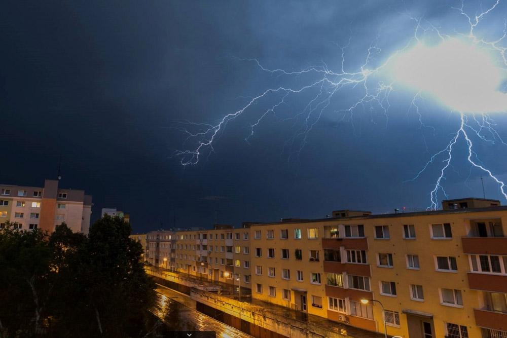 Lightning-in-city-Stormchasers_SK.jpg