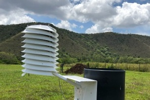 BARANI MeteoHelix weather station in the South Pacific with a RainWise rain gauge. ( Image: Nouvelle station petit by  https://repair.nc )