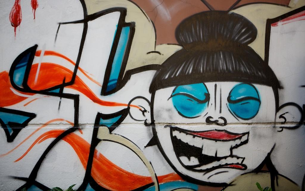Graffiti fuera del primer hostal.
