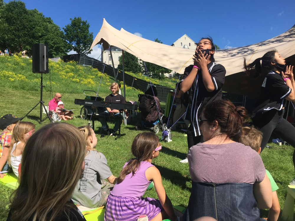 TekstLab Unge Stemmer på Miniøya i Tøyenparken! Jesper Jansen spiller egenkomponert musikk