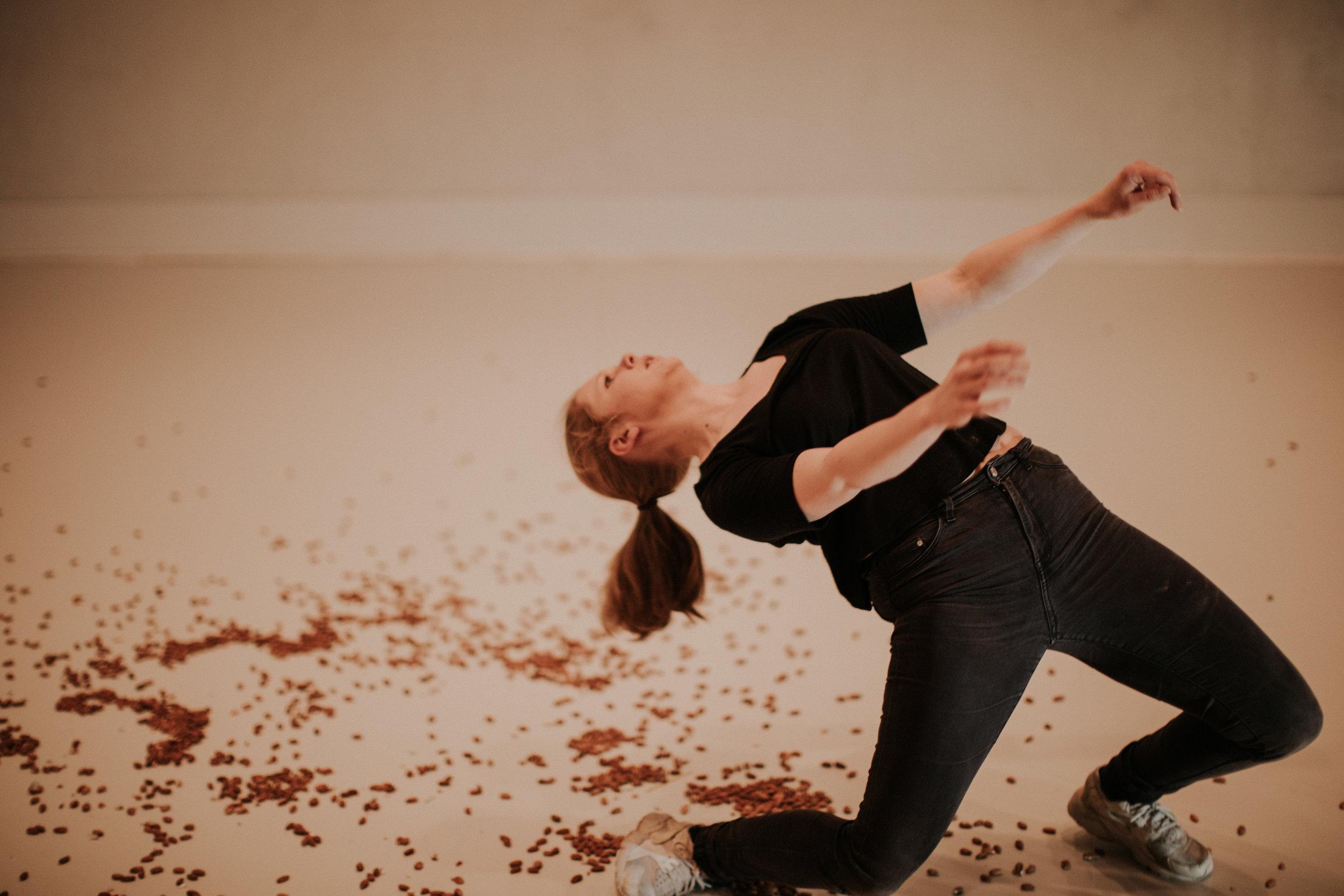 Tro og overbevisning  av og med Christine Vik Bratvold  For 8.-10. trinn & 1.-3 VGS   Hvor langt? Hvor mye? For hva? For hvem? Hvor langt er jeg villig til å strekke meg for det jeg synes er viktig?Jeg har et hemmelig våpen – jeg kan kle på meg overbevisningen …  Med «Tro og overbevisning», dans og tekst som scenisk uttrykksform inviterer Vik Bratvold til et rom med hundrevis av mandler, mange spørsmål, små og store tanker.   LES MER HER