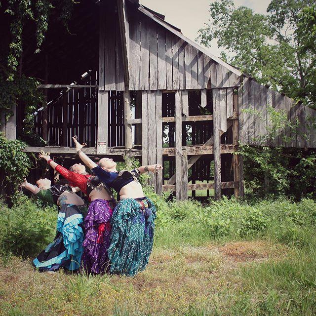 Immersed and inspired by the shine of the sun. ☀️ Happy Summer Solstice! . . . #summersolstice #summer #sunshine #radiant #rays #nature #dancinginnature #oldbarn #tulatribe #ATS #dance #dancers #ATSdance #dancesisters #sisterhood #fatchancebellydance #tribaldance #wildhearts #gypsy #gypsies #tribalstyle #bohemian #tribe #bellydance #atsdance #tribelove #americantribalstyle #americantribalstylebellydance #freespirits #tribal #nashville