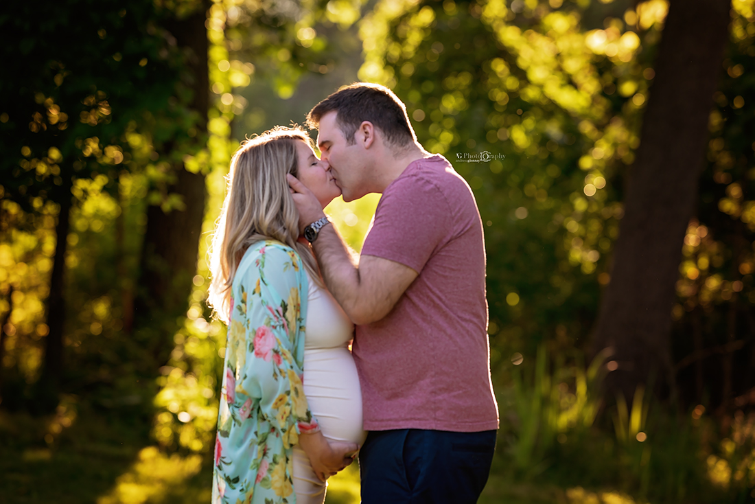 couple-kissing-photoshoot-bergen-county-maternity-photographer.jpg