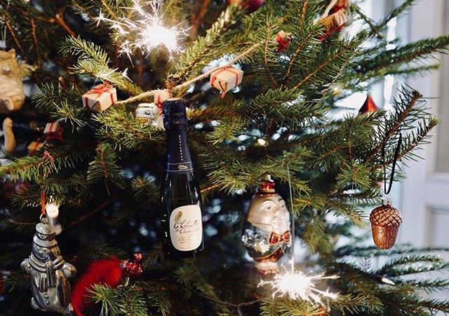 Baby Chouette is the perfect Christmas tree decoration. We wish you a wonderful holiday🥂🎄#pöllösamppanja #champagnechouette #champagne #christmas