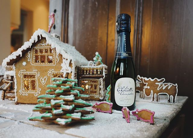 Christmas Day breakfast: Gingerbread house & Champagne 🎄🍾 #pöllösamppanja #champagnechouette #champagne #gingerbreadhouse