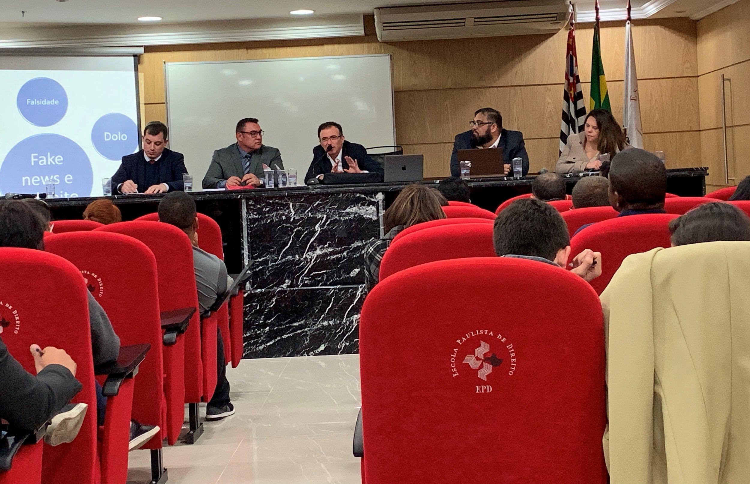 Fake News e Democracia em Pauta, na mesa de debates.