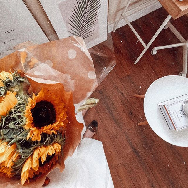 Sunflowers brightening my day when the weather has turned a bit grim 😭☀️🌻 • Determined to have a very productive Sunday today, and hoping to squeeze in a run later too! 💃 But first, brunch ☕️🥑