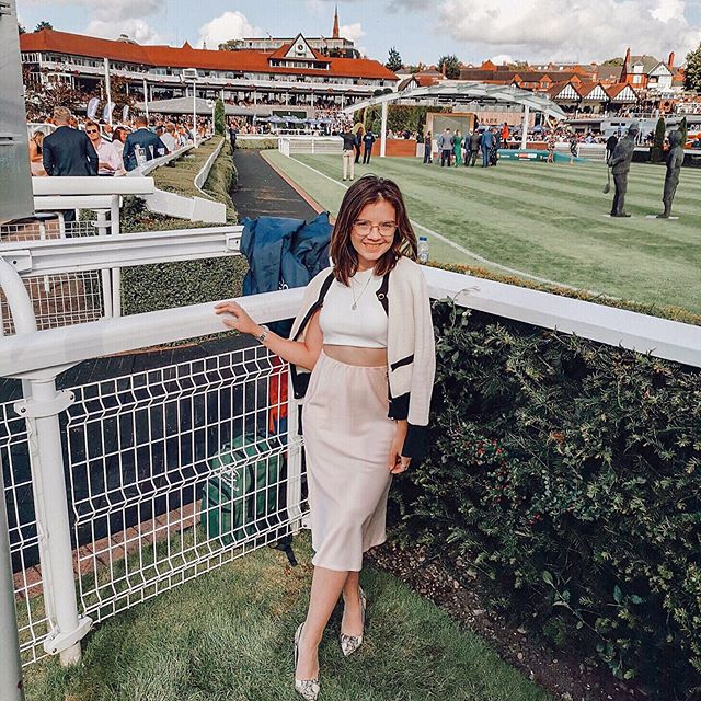 [Gifted] • I'm sure I speak for both of us when I say that we had the absolute best time at @chesterraces on Saturday. Chester is the oldest course in the UK, and it's definitely also one of the most beautiful! We were so lucky that the sunshine came out just in time too after it bucketed it down in the morning 🙈 • If you didn't catch my stories on the day, they're all saved in a highlight on my profile, and I'd highly recommend watching them if only for what a bottle of champers does to @thisisbecseddon (love you ♥�) 😂 #chesterraces