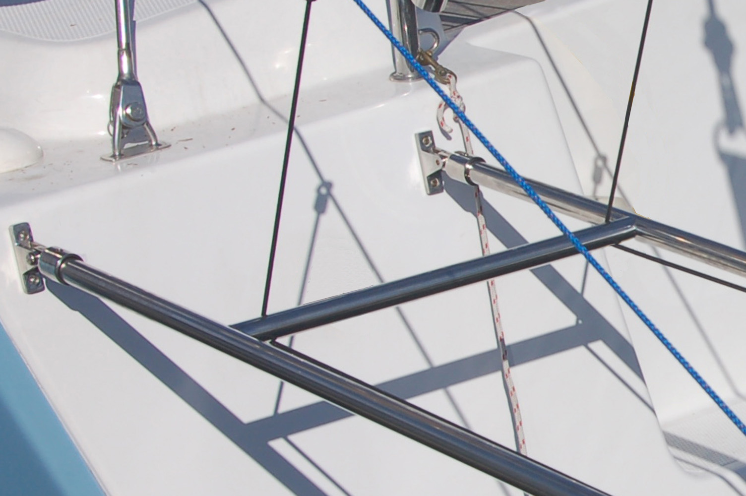 Simple installation with two deck hinges