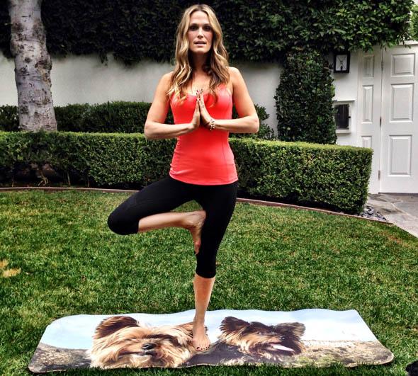 molly-sims-yoga-3.jpg