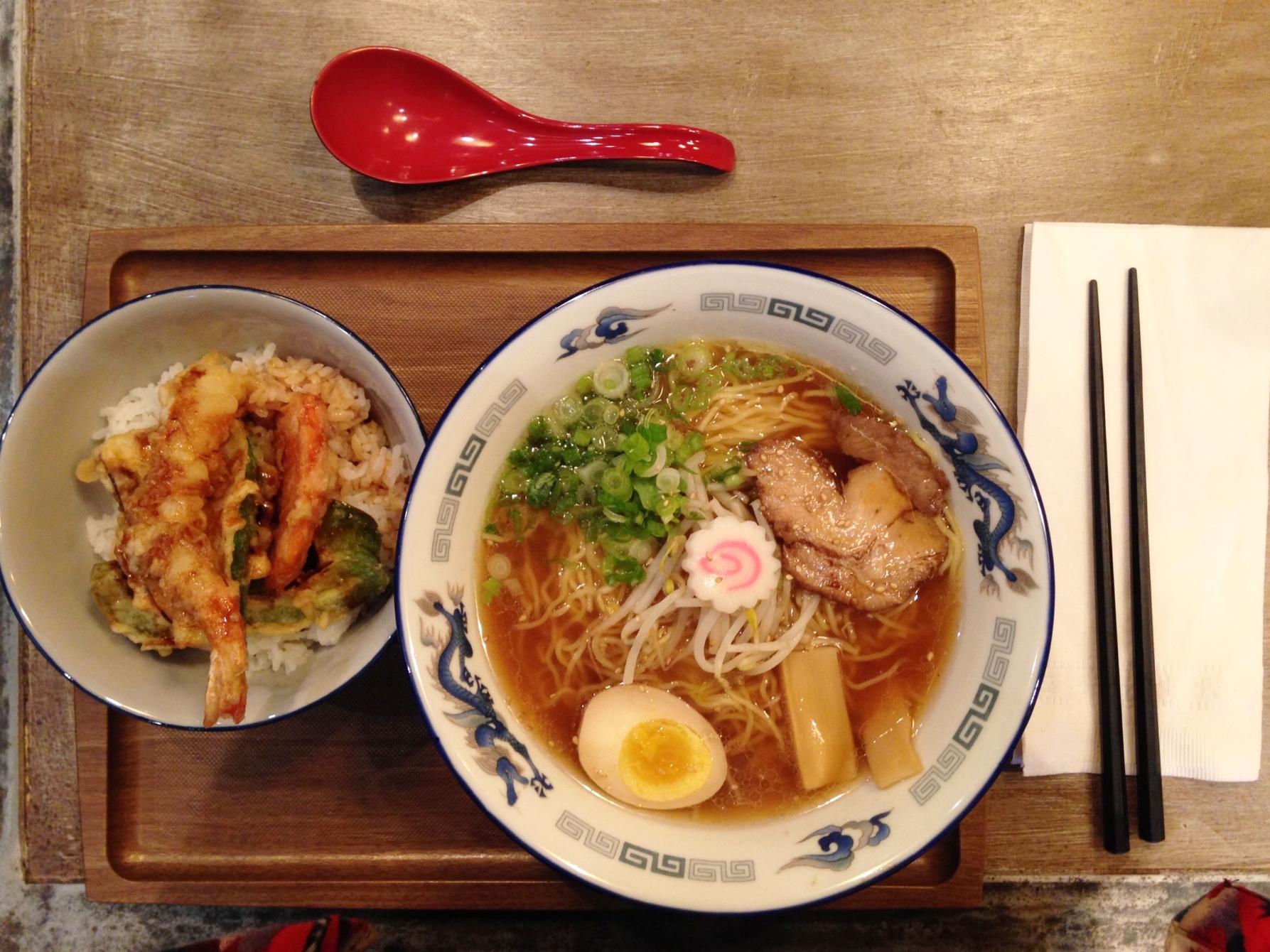 Pork Belly Ramen Miso Soup acompañado de una tempura de langostinos y verduras súper crunchy. Nakamura restaurant, Manhattan, NYC.
