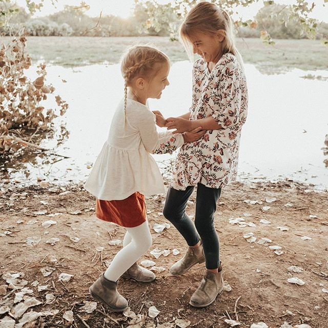 Sister love ♥️♥️ My cuties have been sick the past couple of days so I'm throwing it back to happier times...and by happier times I mean when I forced them to get up before sunrise on a Saturday for family pictures and they had to share Daddy's jacket because I didn't bring theirs (swipe right) 😜 At least we got some cute pics out of it! #lillyandisabelle #mygirls #momlife #sayhi 📷: @painteddesertphotography