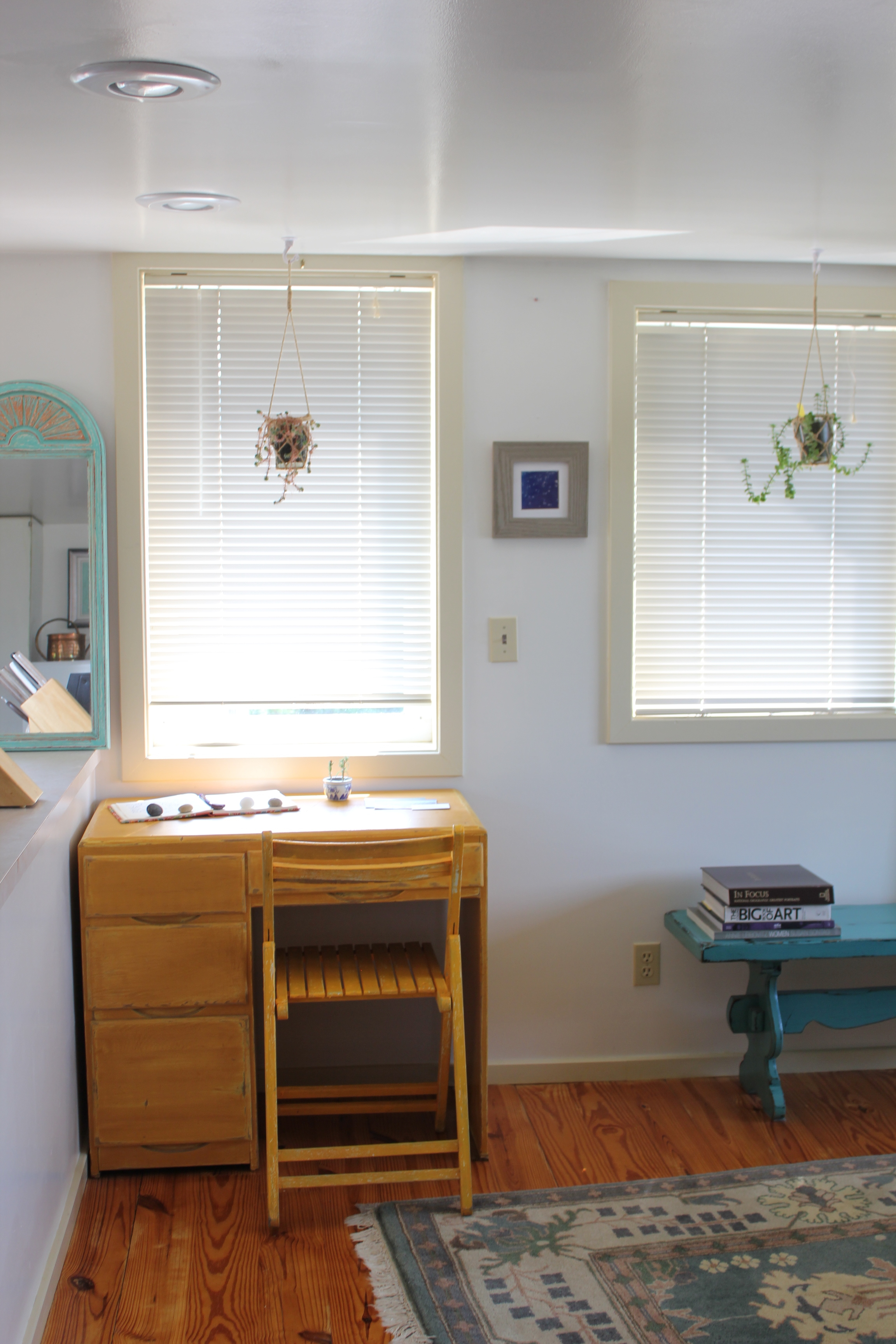 antique shabby chic desk area at plum nelli apartment.JPG