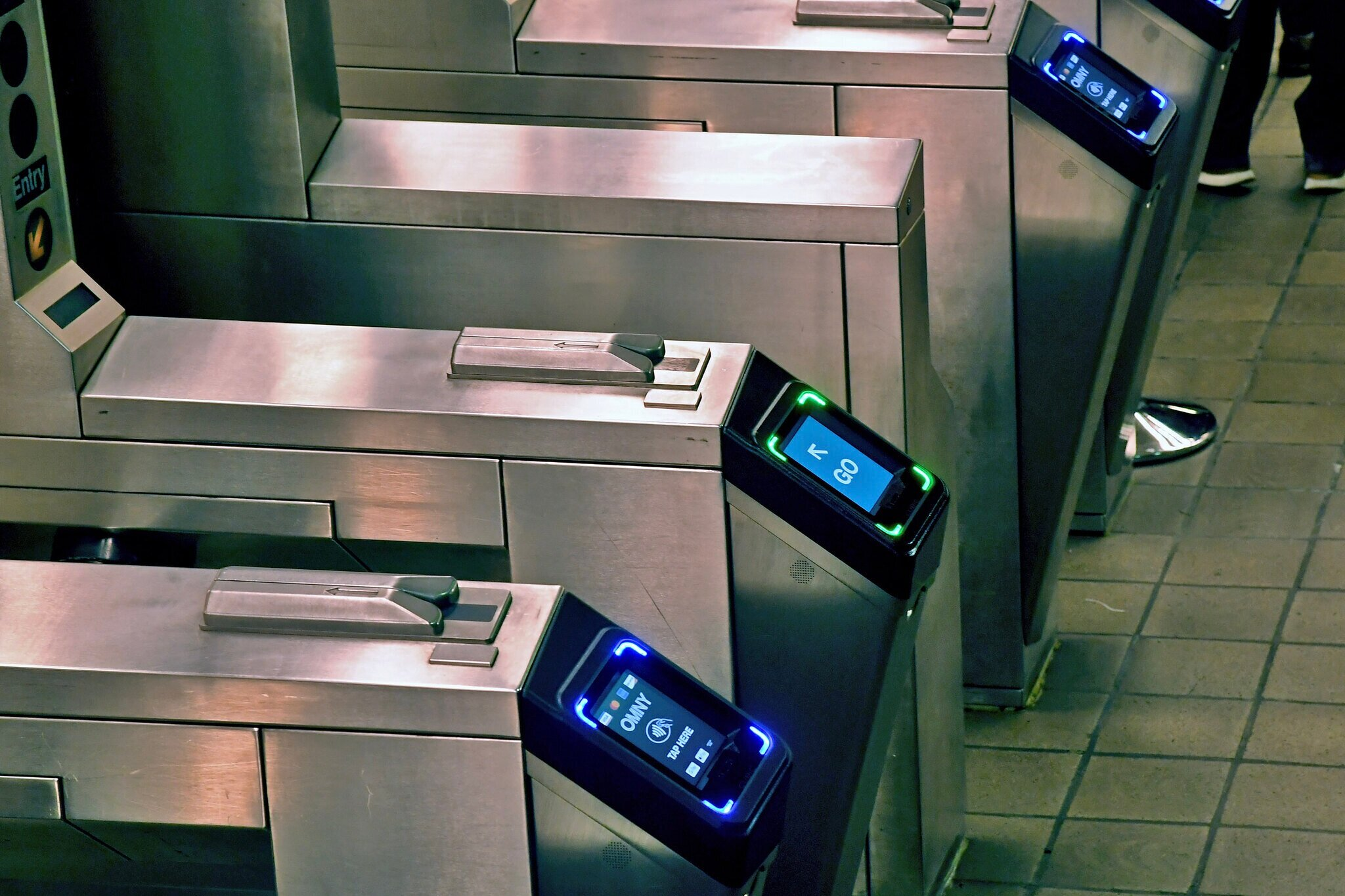 OMNY readers in a New York subway station, allowing riders to pay by tapping their credit or debit card. 📸:  Flickr