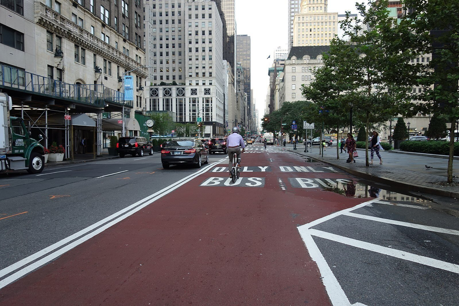 A double bus lane on 5th Ave. at 60th Street in New York. 📸:  Wikimedia