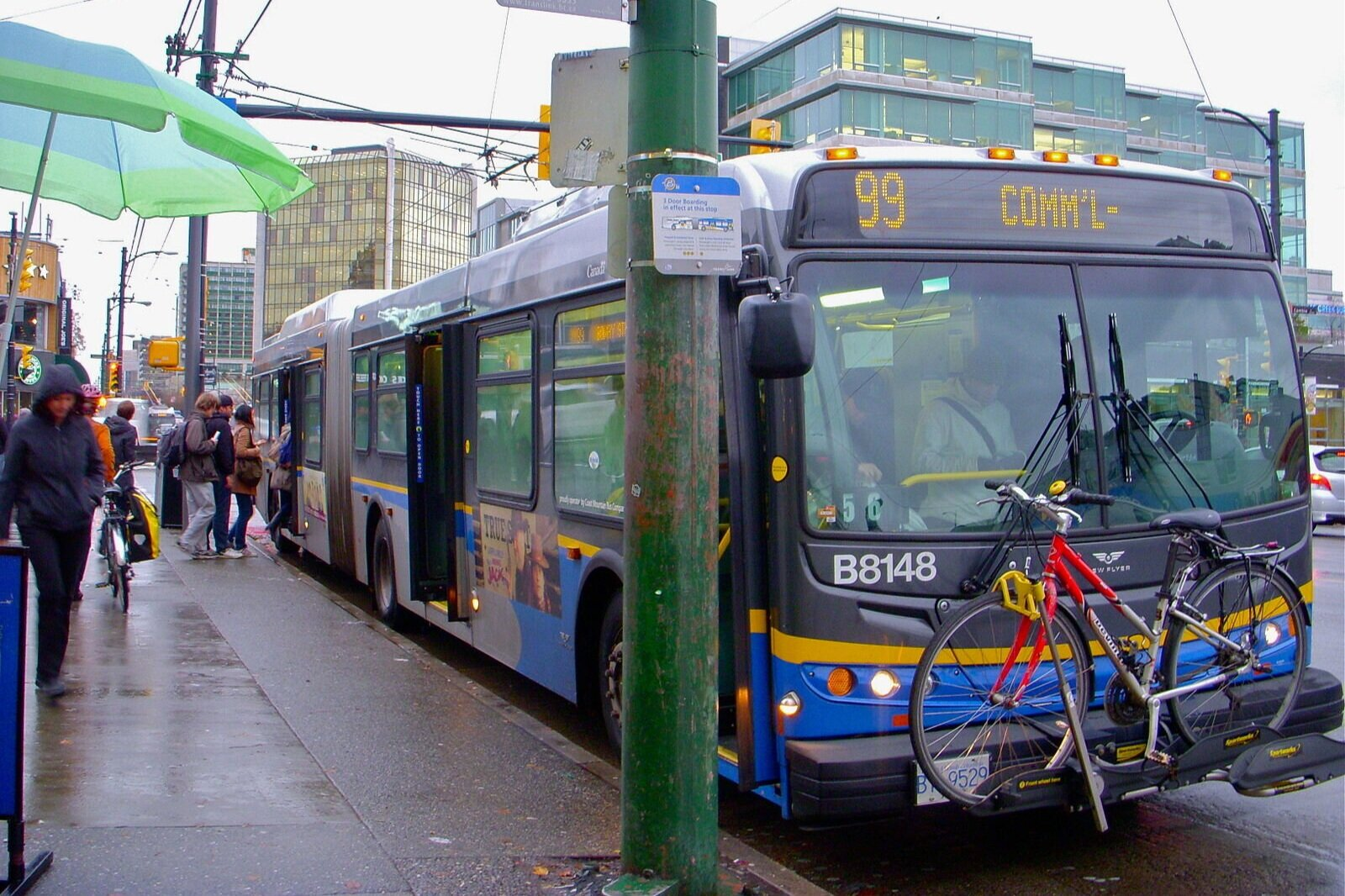 A 99 B-Line rapid bus in Vancouver. 📸:  Wikimedia