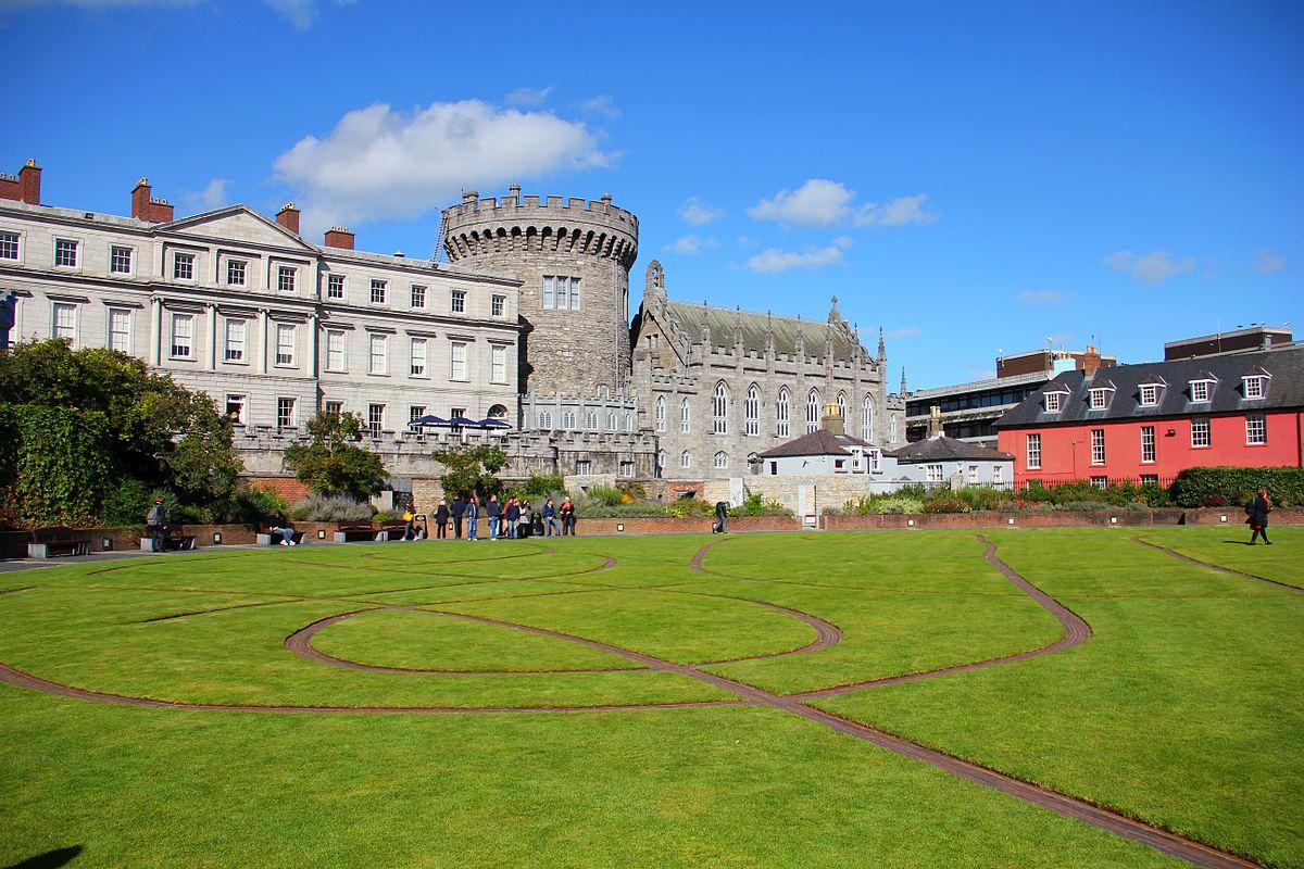 1200px-The_Dubhlinn_Gardens_Dublin_Castle_01.JPG