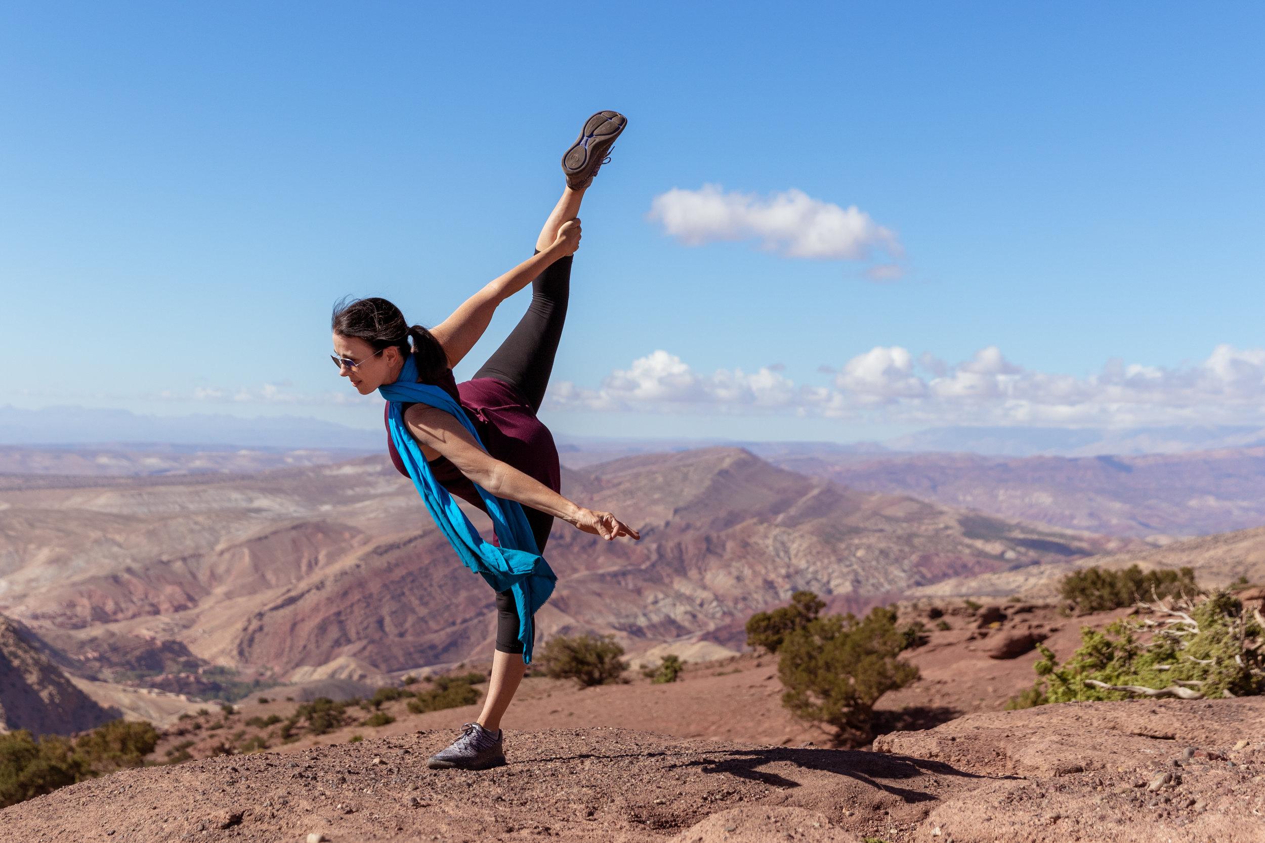 female_yoga_pose_mountains