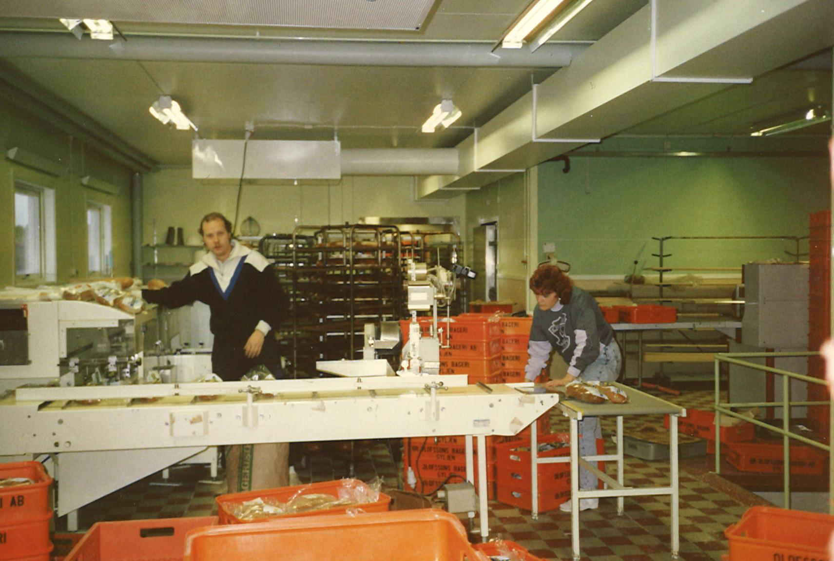 Bageriet år 1988. Per-Erik Olofsson och Anna-Lisa paketerar limpor inför utkörningen.