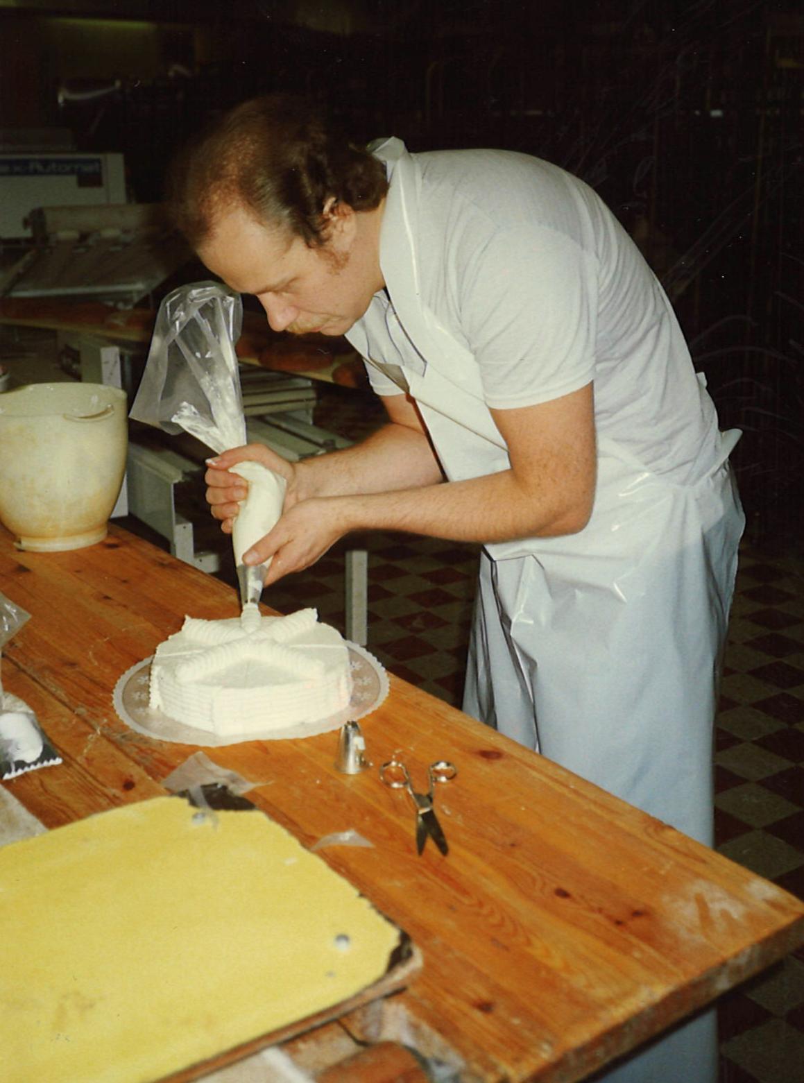 År 1990. Per-Erik fyller 33 och spritsar själv tårtan.