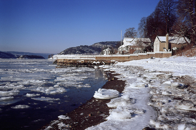 An cold and beautiful beach in the the Oslofjord, South of Norway in winter. Photo by Daniel Novello