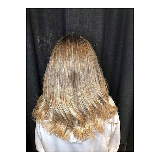 Foliestriper i et allerede fantastisk hår🤩 frisør: Isabel #wellahair #bechfrisør #foilwork