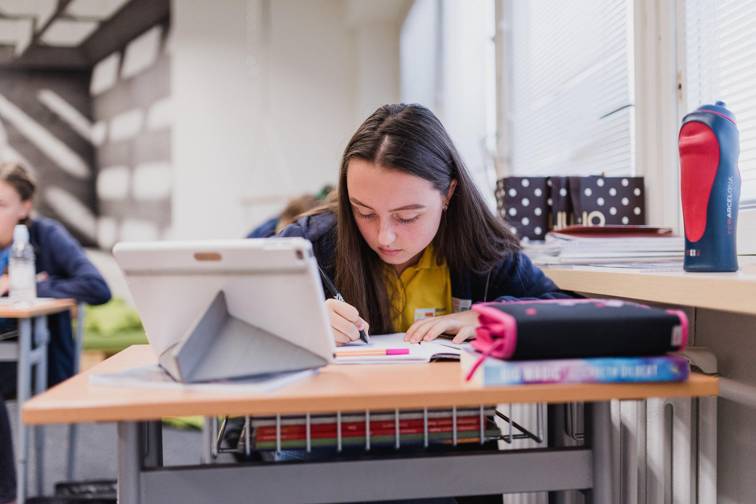 Matematická a vedecká gramotnosť - Počas celej doby štúdia je posilnená výučba matematiky, pri ktorej uplatňujeme slovenské aj cambridgeské štandardy. Sme pilotnou školou vo výučbe matematiky metódou profesora Hejného. Deti tak využívajú prirodzenú zvedavosť, tvorivé myslenie a učia sa objavovaním.