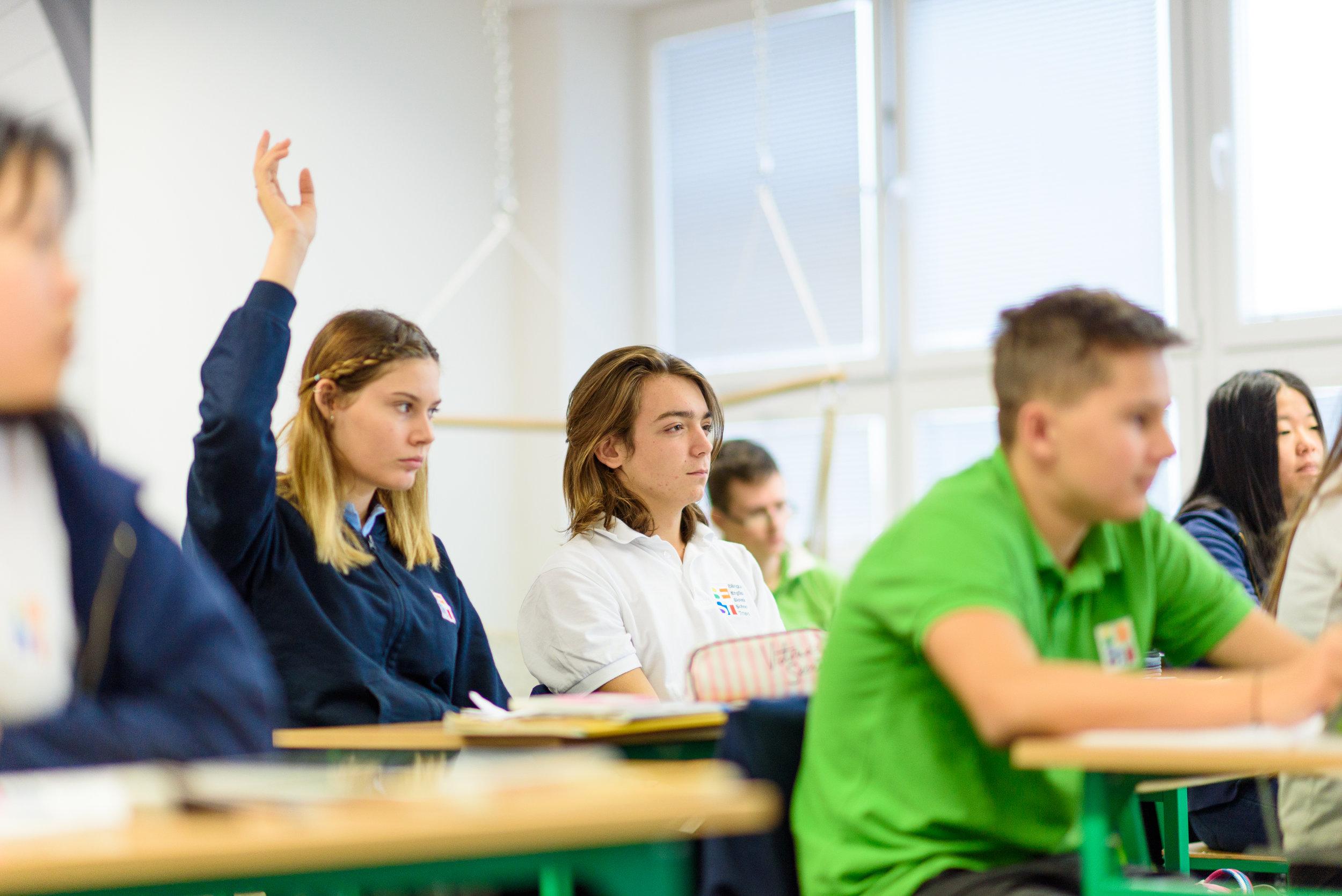 Podnikavosť a iniciatívnosť - Podporujeme našich žiakov v dobrých nápadoch, vedieme ich k plánovaniu a iniciatívnosti. Je pre nás dôležité, aby svoje nápady vedeli prezentovať, ale aj realizovať. Oceňujeme u žiakov schopnosti plánovať, organizovať, riadiť a hodnotiť. Priamo na vyučovacích hodinách pomáhame žiakom osvojiť si základné zručnosti v oblasti finančnej gramotnosti zážitkovou formou .
