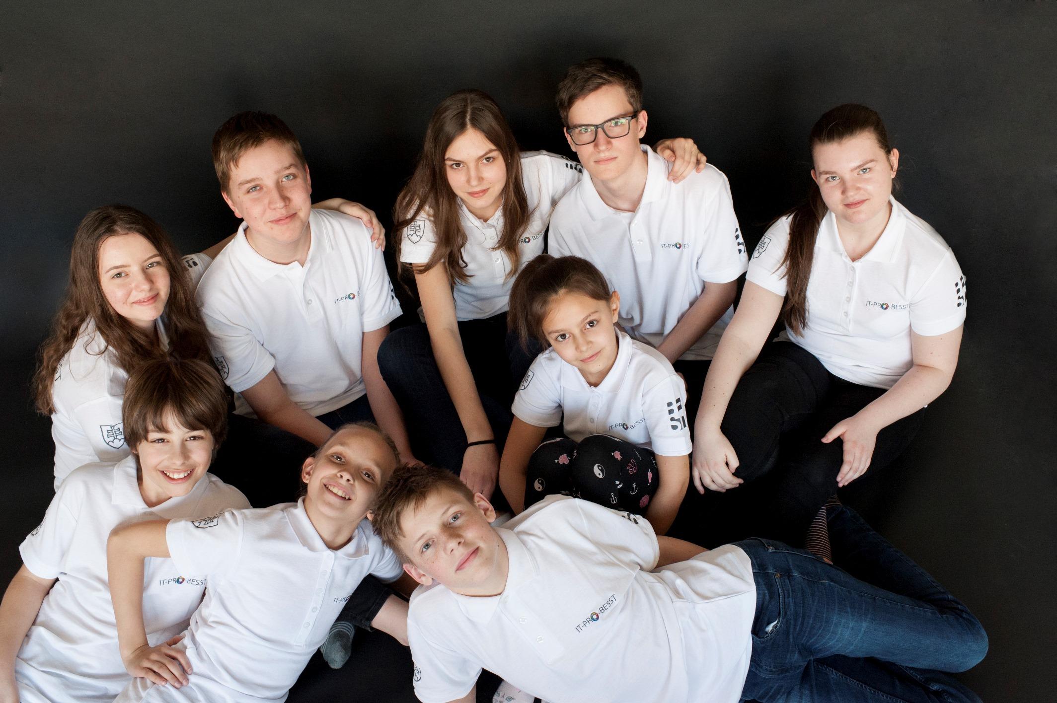Deväť členov IT-PRO-BESST tímu.jpg