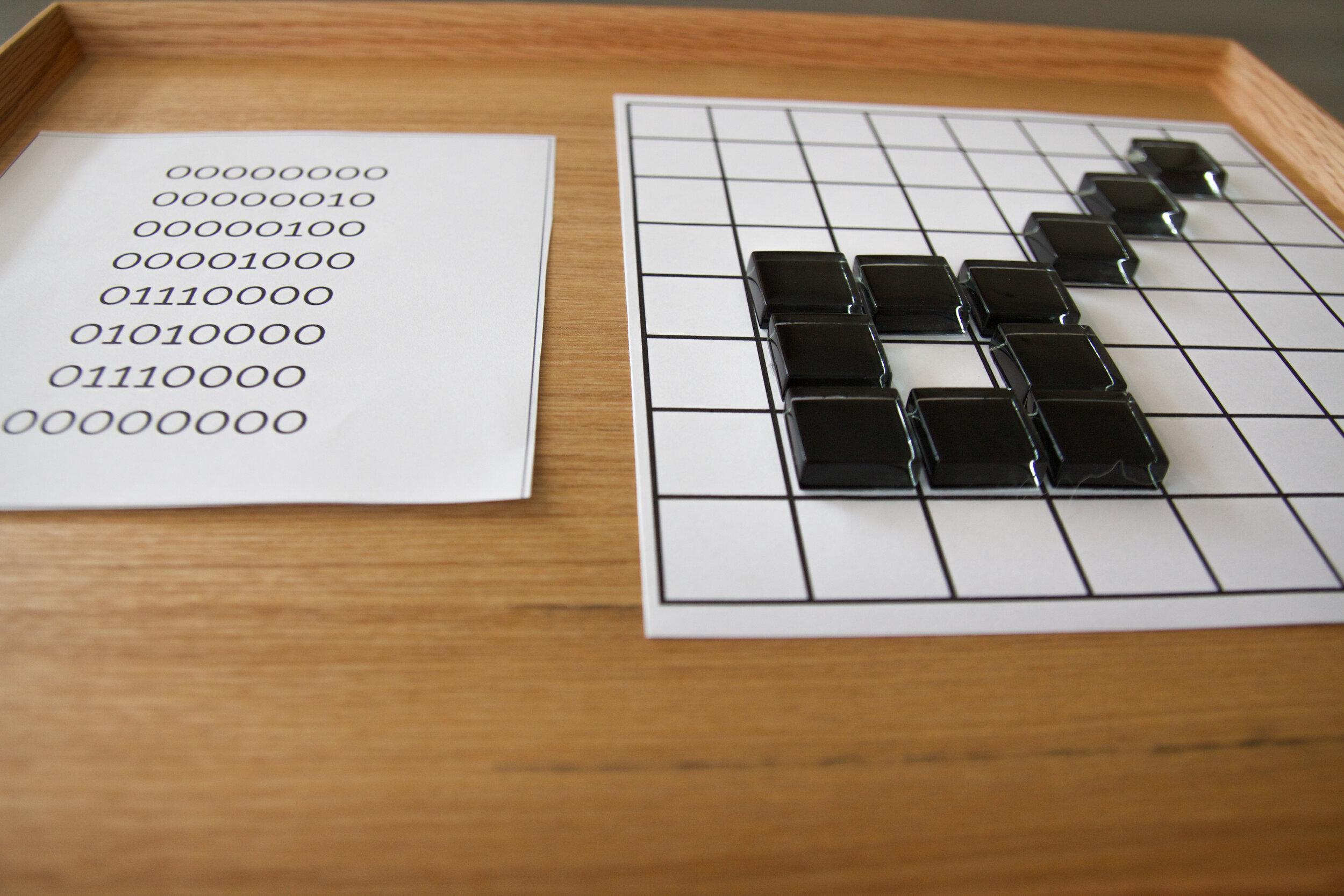 Grilles et mosaïques noires aident les enfants à découvrir le langage binaire.