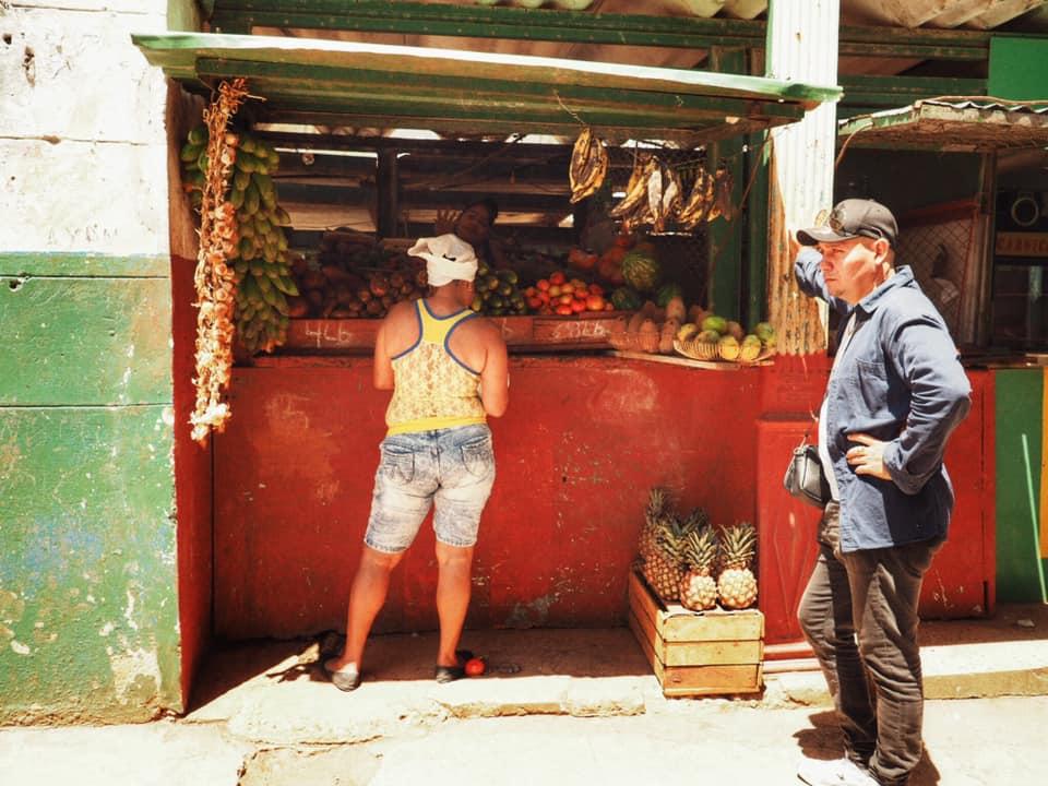 street photography havana buying fruit.jpg