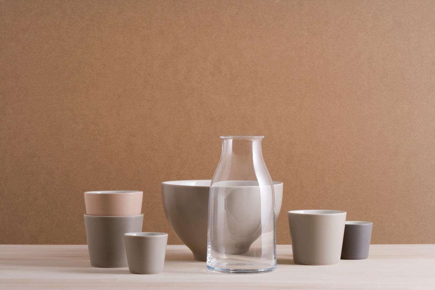 - El juego de servicio de mesa Tonale, fue diseñado por David Chipperfield, quien se inspiro en la cerámica japonesa, china, coreana y en las obras del pintor Giorgio Morandi.La colección se compone de una jarra, platos, cuencos, vasos y tazas entre otros objetos de mesa.