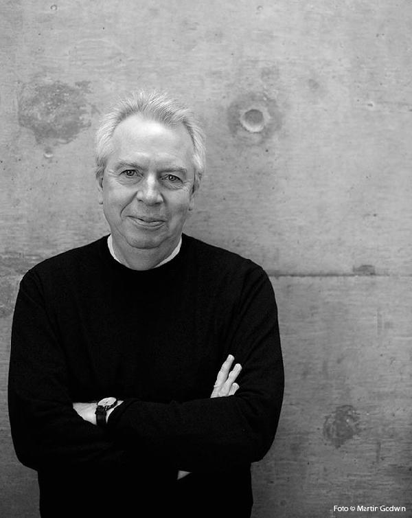 David Chipperfield - Nacióen 1953, Londres, estudió en Kingston School of Art y Architectural Association en Londres. Después de graduarse, trabajó en las prácticas de Stephen Douglas, Richard Rogers y Norman Foster. David Chipperfield Architects se estableció en 1984 y actualmente cuenta con más de 200 empleados en sus oficinas de Londres, Berlín, Milán y Shanghái.