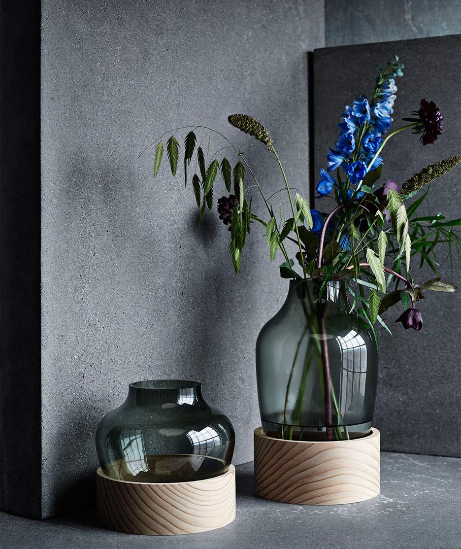 - Jaime Hayon crea una familia de recipientes que se caracterizan por su vidrio soplado verde botella y una base simple de madera de cedro pura. Juntas, las texturas de los elementos crean una poesía que se equilibria con lo que contiene.