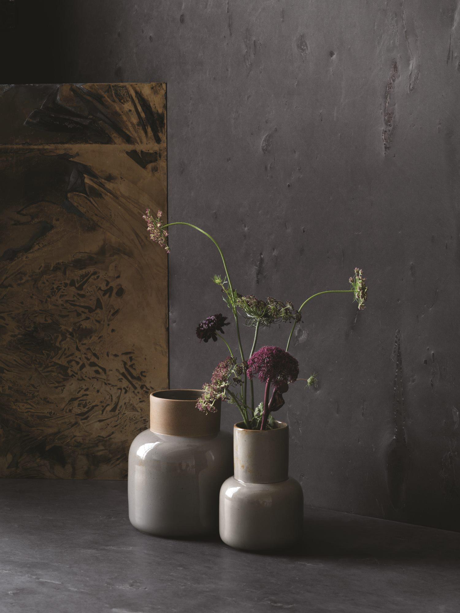 - Cecile Manz apela a lo orgánico de la cerámica japonesa con su colección de recipientes. El material se destaca por su imperfección natural, complementando el minimalismo de la forma y lo que puede contener.