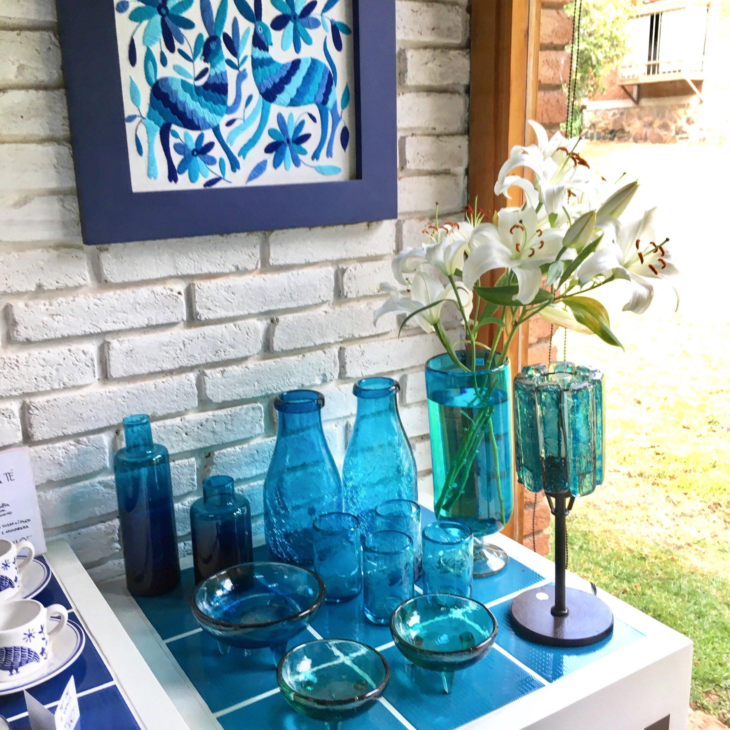Rincón azul: mesita auxiliar con cubierta en mosaicos de cerámica y decoración en vidrio soplado