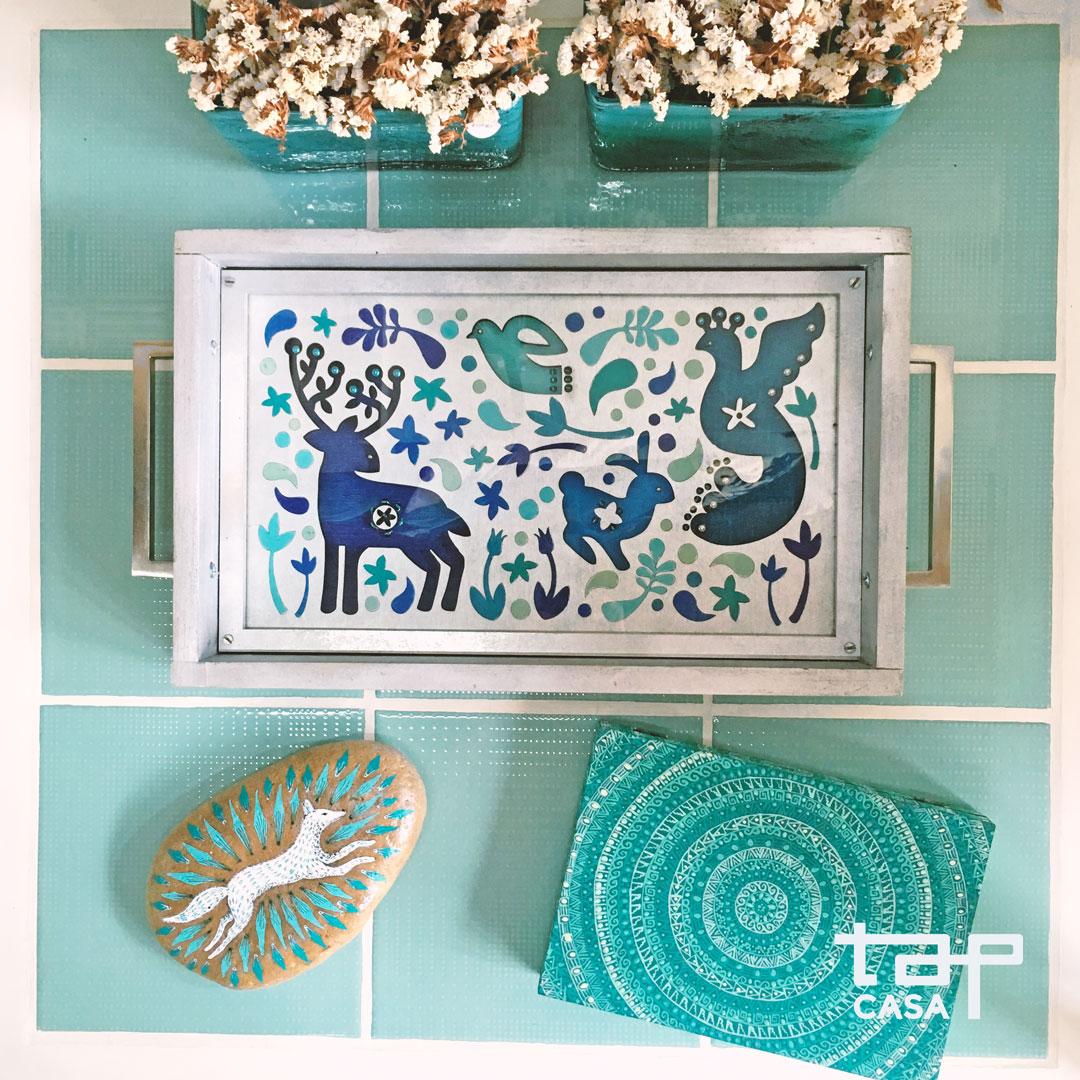 Mesita auxiliar superficie mosaico con charola, cajita y piedra decorativa pintadas a mano
