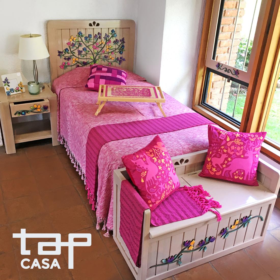 """Recámara TAP """"flora"""", colcha y pie de cama son textiles oaxaqueños, los cojines son de la línea """"fábula""""."""