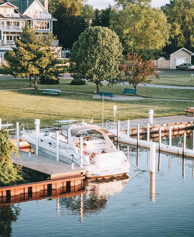 Do you ever wish you had a marina with your own boat in your backyard? See that old guy chilling on his yacht? That's someone who knows how to live! 😄 I traveled to New Buffalo, Michigan to take a break from the craziness of my daily life and this little beach town did not disappoint. New Buffalo is one of the top vacation towns for wealthier Chicagoans, many owning their own multi-story lakehouses (and boats like this guy). If all you want to do is hang at the beach, eating good food and ice cream in the sun all day, this is the place for you. . Where do you travel to in order to relax? . Read more about New Buffalo, Michigan on my blog. Link in bio 😊