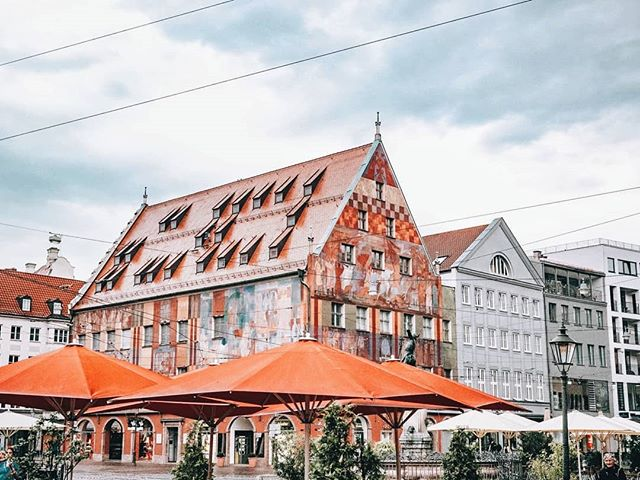 Can we all just take a moment to appreciate this crazy-colored building in the middle of downtown Augsburg, Germany? I love it! If any one knows what this is used for, can you let me know? Because I could not figure it out haha. . Where have you seen the most colorful buildings? Augsburg is up there with Stockholm and Warsaw for me 😊 . Learn more about Augsburg on my blog! Link in bio