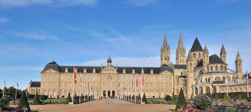 Ancienne abbaye aux Hommes, actuellement hôtel de ville de Caen.  Wikicommons .