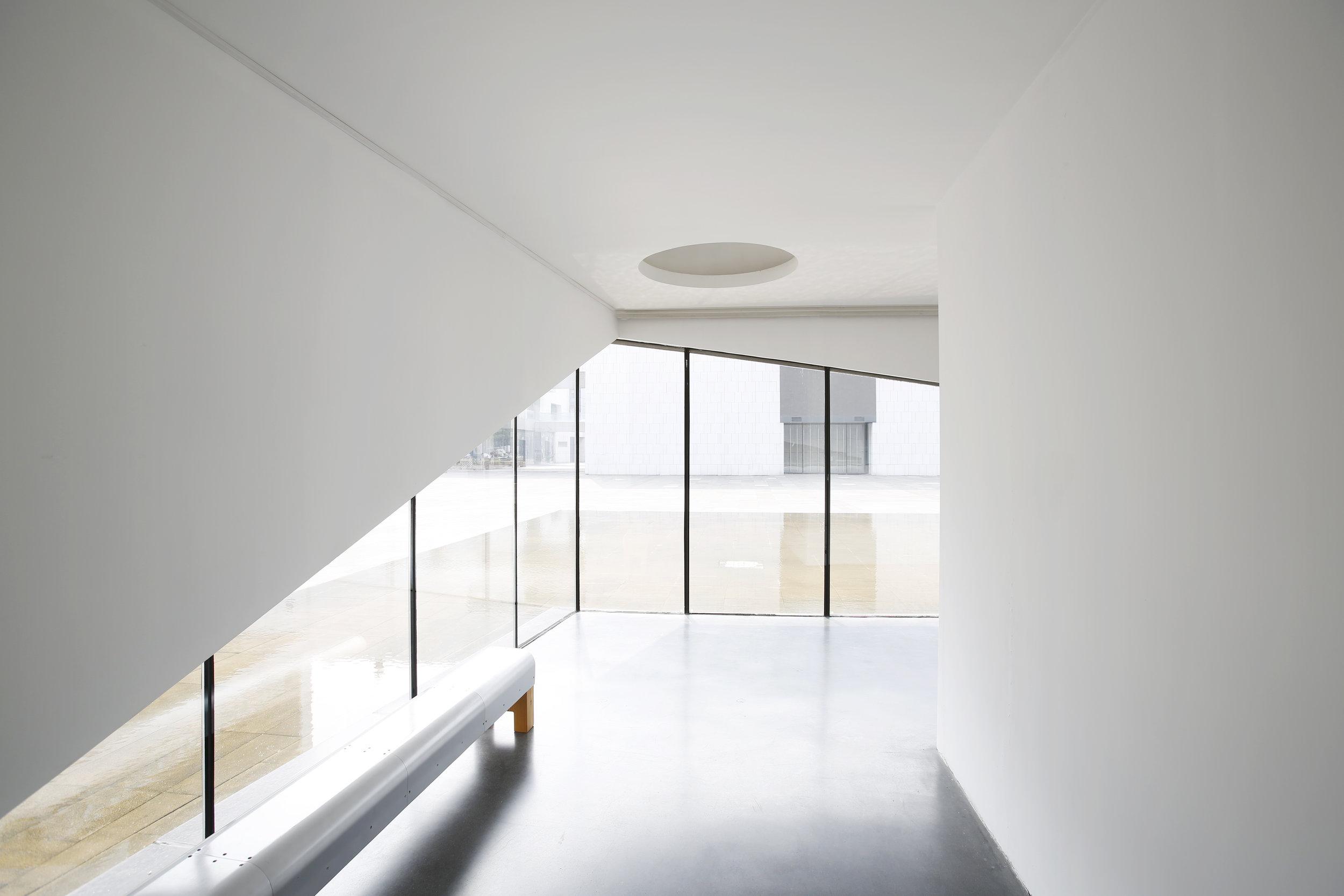 美术馆一层的廊道与水景落地窗