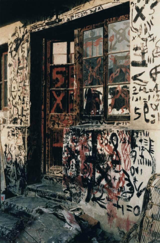 倪海峰,仓库10号,各种材料及建筑上的书写,装置场景,图片,41x60厘米,1988年,图片由艺术家提供