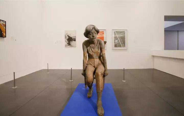 展望,坐着的女孩,树脂着色雕塑、木椅,126x124x52厘米,1991年