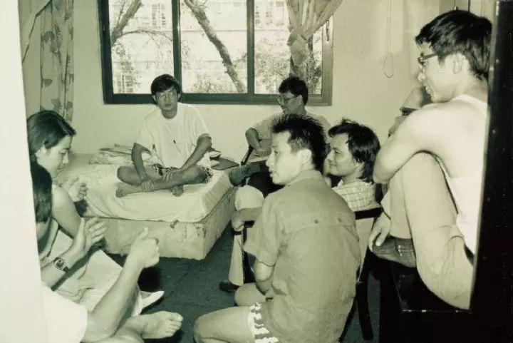"""1992年广州""""首届九十年代艺术双年展(油画部分)""""工作人员和学术委员会成员在广州江南大酒店的房间内开会,照片由吕澎提供"""