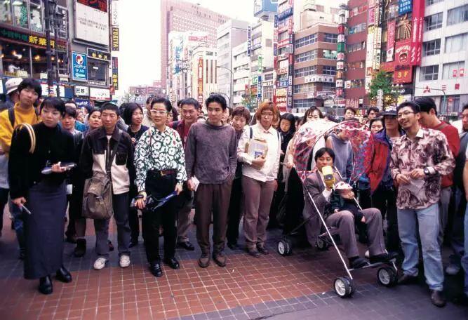 """""""新宿少年艺术"""",《生活是完整的》,1994 年,摄影:中村政人"""
