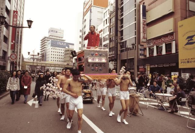 """""""银座漫步艺术"""",宇治野宗辉,行为表演,1993 年,摄影:中村政人"""