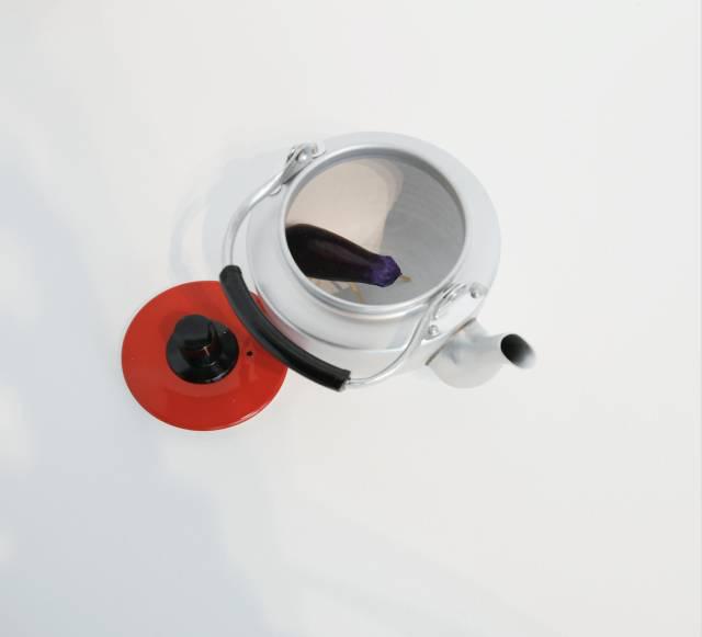 小沢刚,茄子画廊/水壶,1993(2017年按照1993年作品原型重新制作),不锈钢水壶,尺寸可变