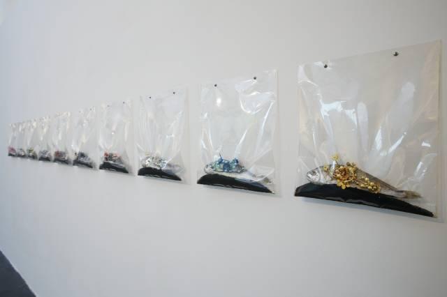 李昢,富丽堂皇,1997年(2017年重新制作),鱼、珠片、高锰酸钾、聚酯薄膜袋,尺寸可变
